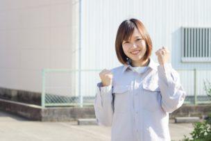 工場で働く大卒の女性